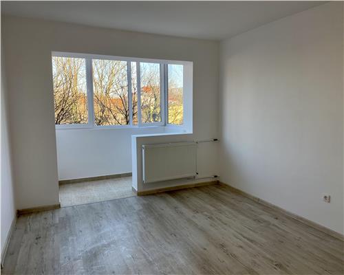 Apartament cu 3 camere semidecomandat, etajul intai Calea Sagului