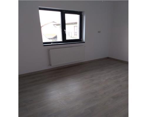 Apartament cu 3 camere, decomandat, etaj intermediar, Giroc
