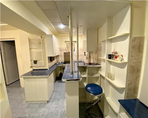 Apartament cu 3 camere, Zona Dacia, semidecomandat